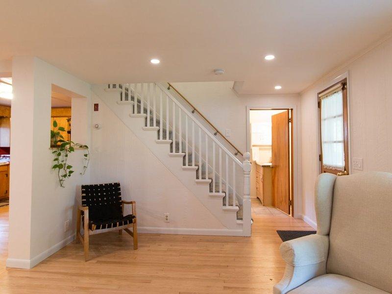 Sala de estar, escadas, porta da frente e casa de banho no 1º andar