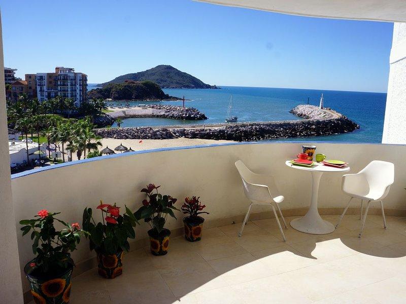 Romantic Designer Condo overlooks Sandy Beach, Pool & Marina + Incredible Views!, alquiler de vacaciones en Mazatlán