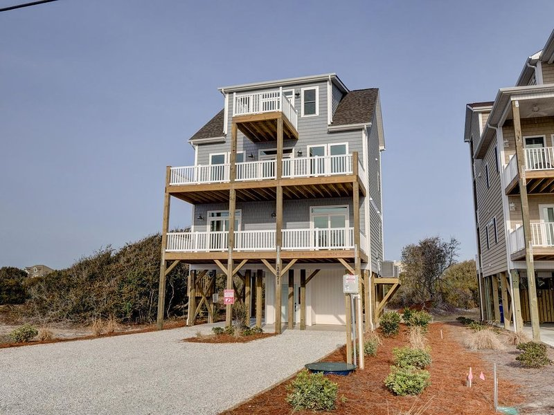 """Pool March 2021 4 bd/4.5 'Sol Purpose"""" Sleeps 12  Sun to Sun rental, holiday rental in North Topsail Beach"""