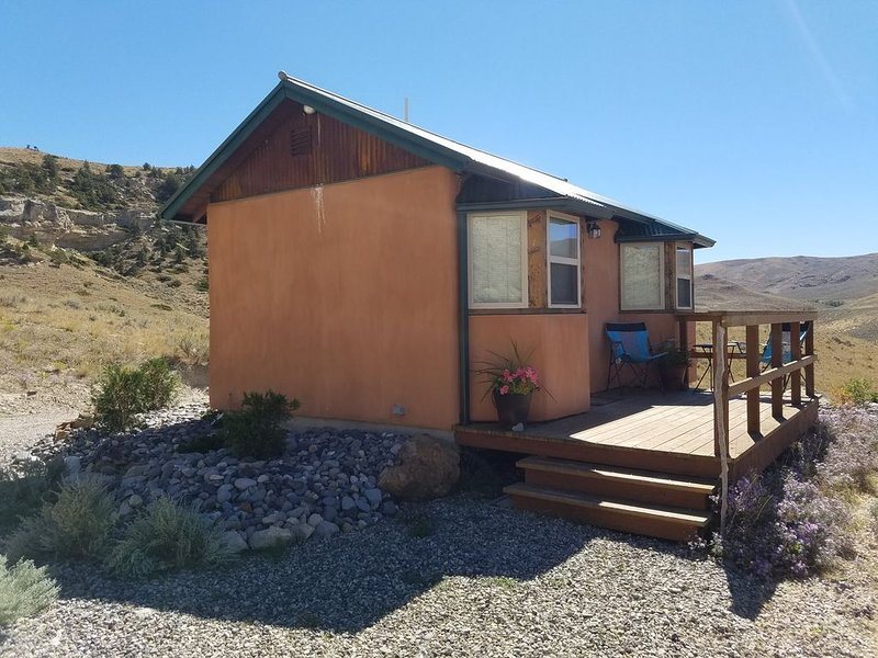 Private cabin located 12 miles out of Cody on Heart Mountain, holiday rental in Clark