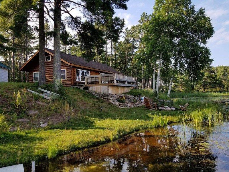 Beautiful, renovated cabin on Au Train RIver with Lake Superior across the road., alquiler de vacaciones en Au Train