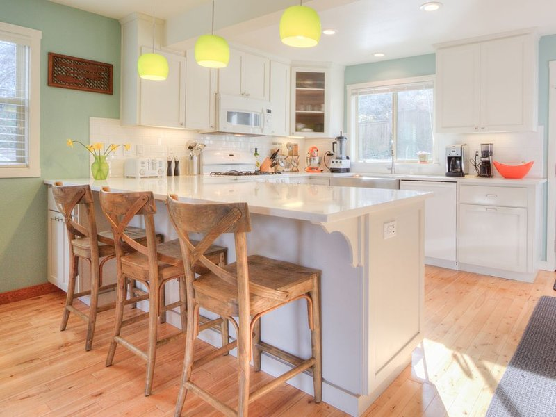 Great family home that's a quick walk to Harbor Dining and historic waterfront., casa vacanza a Gig Harbor