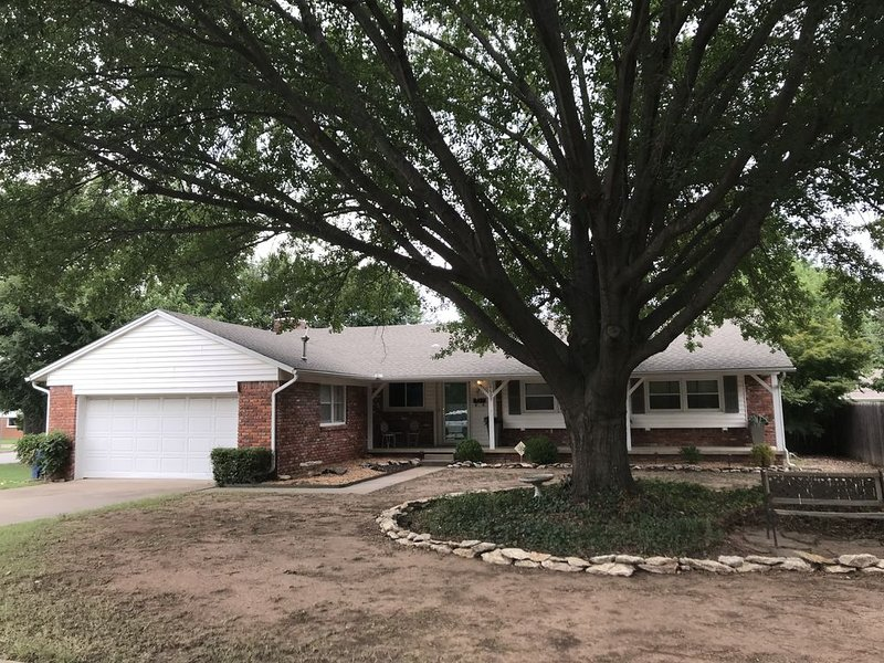 Entire House Next to LaFortune Park and St. Francis Hospital! Pets Welcome!, alquiler de vacaciones en Tulsa