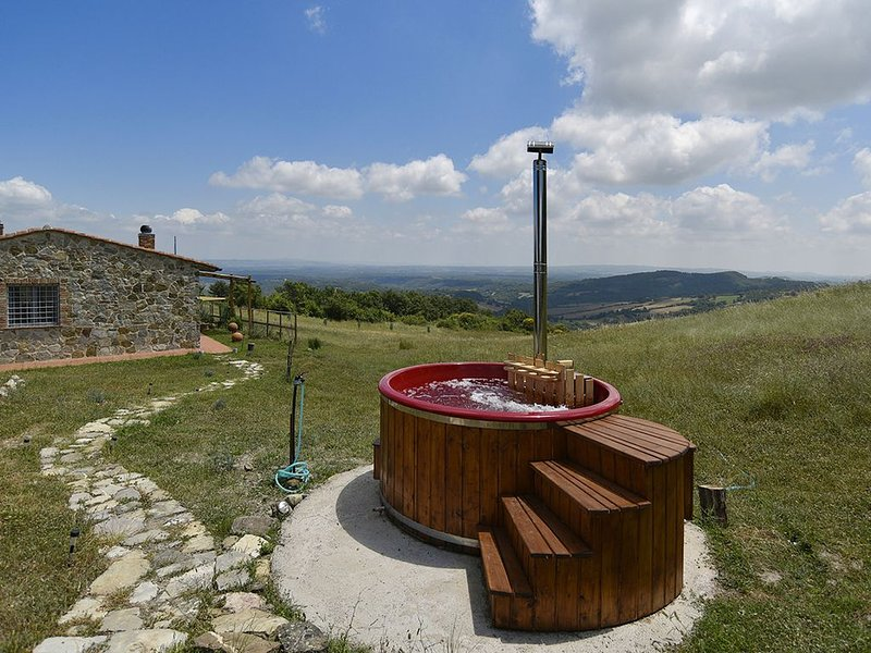 Your Own Private Tuscan Retreat with Stunning Views, Jacuzzi and Sauna, casa vacanza a Piancastagnaio