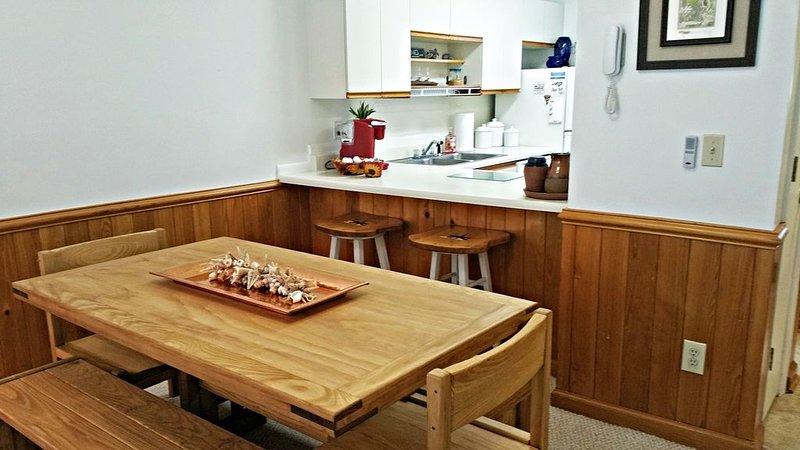 El amplio comedor es perfecto para las comidas en casa o en la noche de juegos.