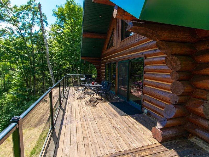 Snowmobilers & Skiers Full Scandinavian Log Home On Private Lake, holiday rental in Mercer