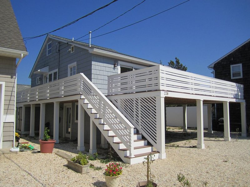 Renovated 3B/1 Bathroom Beach Cottage in Normandy Beach, holiday rental in Normandy Beach