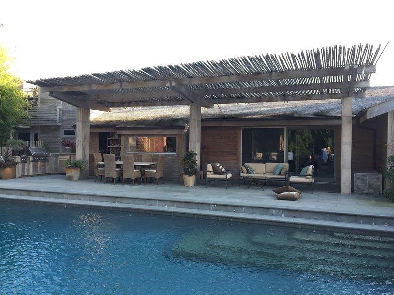 Escape to Luxury Hamptons Retreat!Heated Pool, Tennis & Beach,70 miles fromNYC!, location de vacances à Mastic Beach