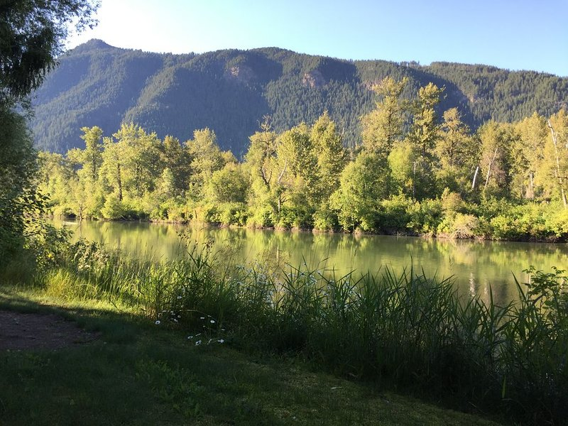 3-bedroom, 2 bathroom bungalow on the Eagle River, vakantiewoning in Sicamous