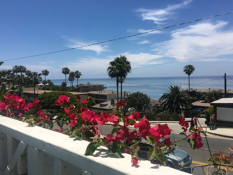 Sea View Laguna Cottage, Walk to Beach & Village, Fully-Equipped!, vacation rental in Laguna Beach