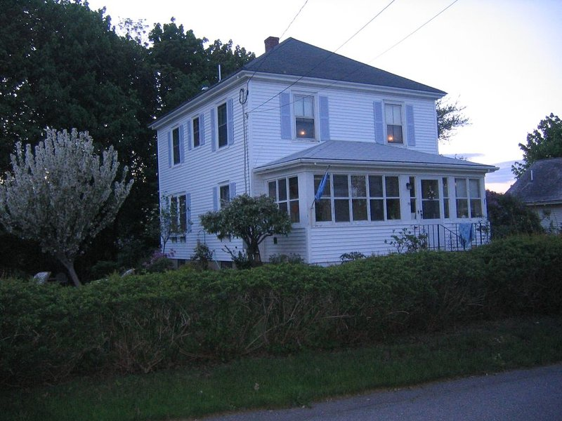 Gorgeous, colorful house- walking distance to downtown Portsmouth, holiday rental in Greenland