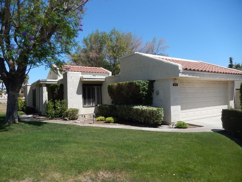 CCCC Condo on Golf Course - Quiet, Close to Palm Springs, Dog Friendly, Pool, holiday rental in Cathedral City