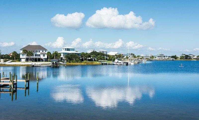 Bikes, YOLO Boards! Steps to BEACH! 2 Living Rooms-3 bedrooms-SPACE!, location de vacances à Pensacola Beach