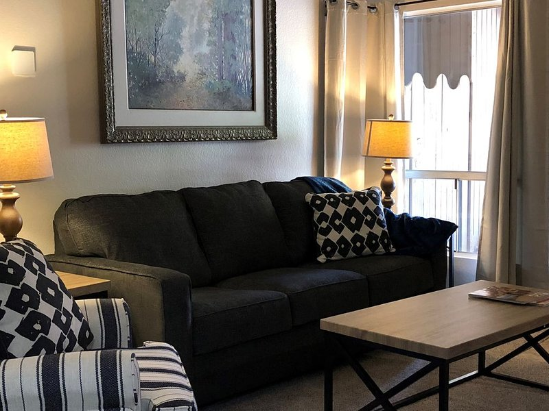 Quiet newly remodeled 2 bedroom N. Phoenix condo!, vacation rental in Glendale