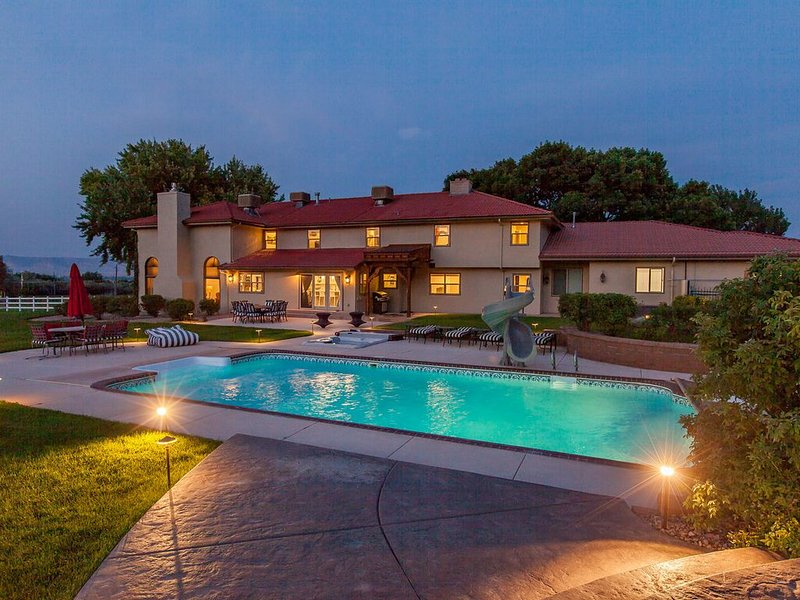 Luxury home with pool, tennis court, and amazing views of the Colorado Monument., casa vacanza a Grand Junction