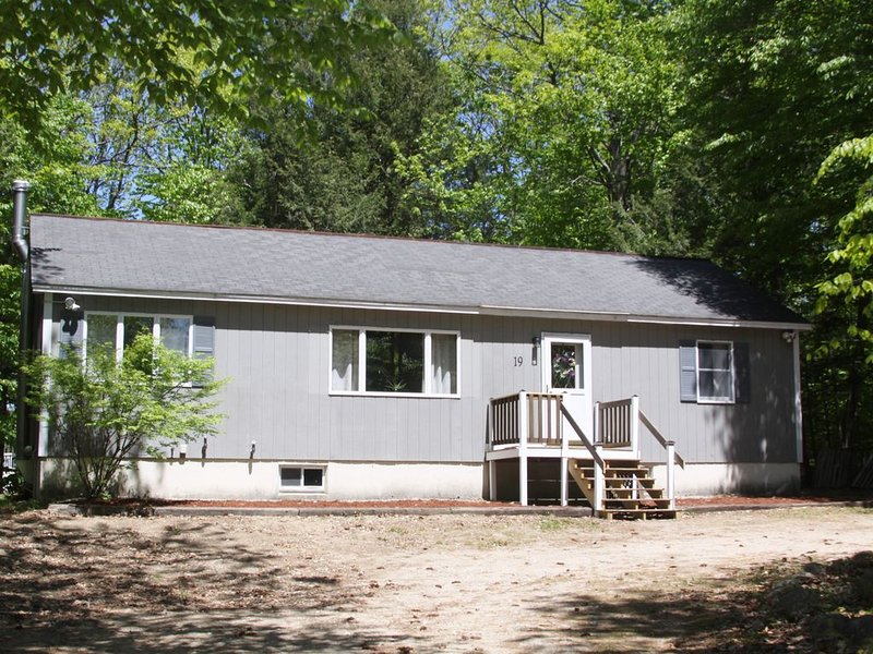 Year-Round Home with access to Beautiful Sunrise Lake, Beach, and Winter Fun!, alquiler de vacaciones en New Durham