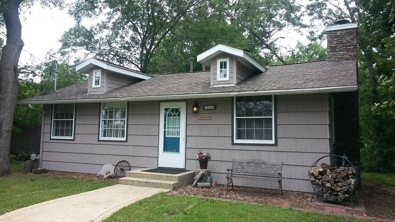Cozy Sandwood Cottage on WI River-pets welcome!, holiday rental in Merrimac