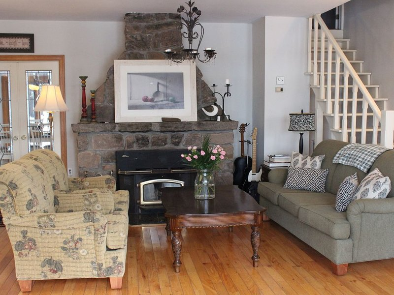Muskoka; Large Comfortable Cottage with Rustic Flare-Lake Front, Hot Tub., alquiler de vacaciones en Bracebridge