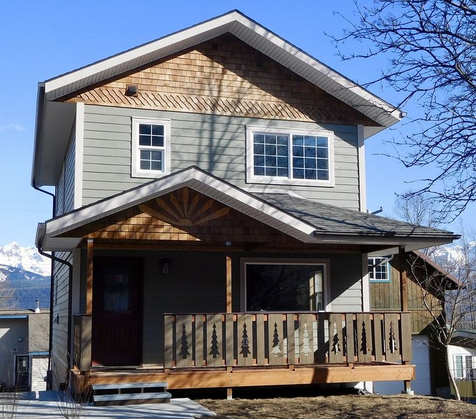 Perfect location in the heart of Seward with a view of Mt Marathon and the Bay., holiday rental in Seward