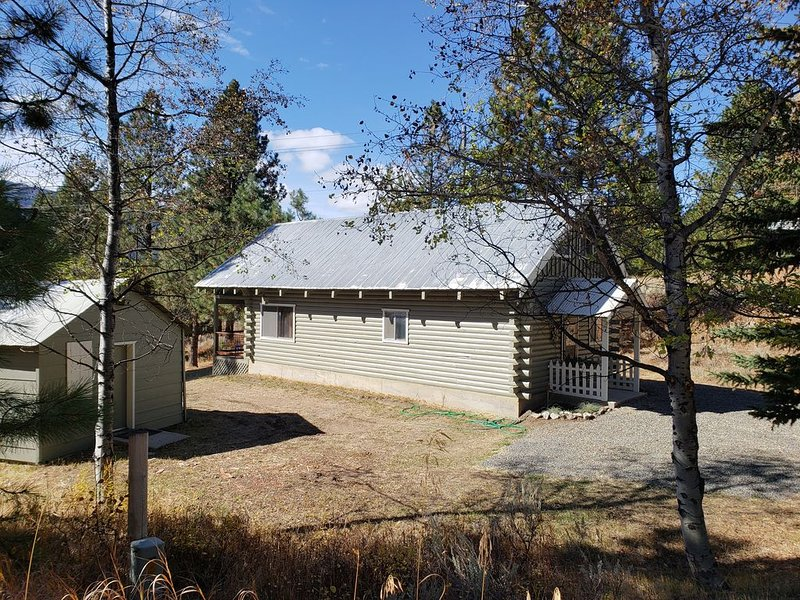 Cozy Cabin  with filtered lake views - short walk to lake and beaches., holiday rental in Cascade