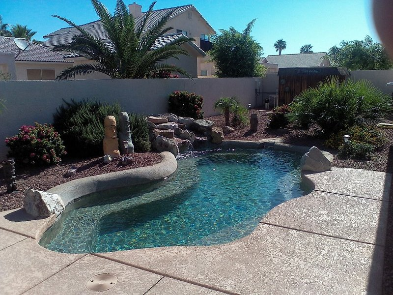 Pool Home in Golf Course Community close to River and Casinos, casa vacanza a Needles