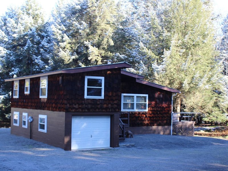 Woodland Pines Vacation Retreat:  An Oasis in the Woods!, holiday rental in Benton
