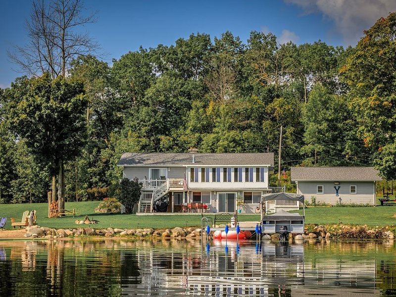 Great Lakefront Living for the entire family, Swim, Play, Relax, it's all here!, casa vacanza a Lupton