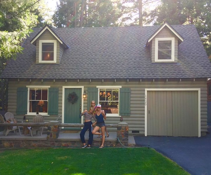 Charming 1930's cottage on the lake side of Highway 89 in Sunnyside, Lake Tahoe – semesterbostad i Tahoe City