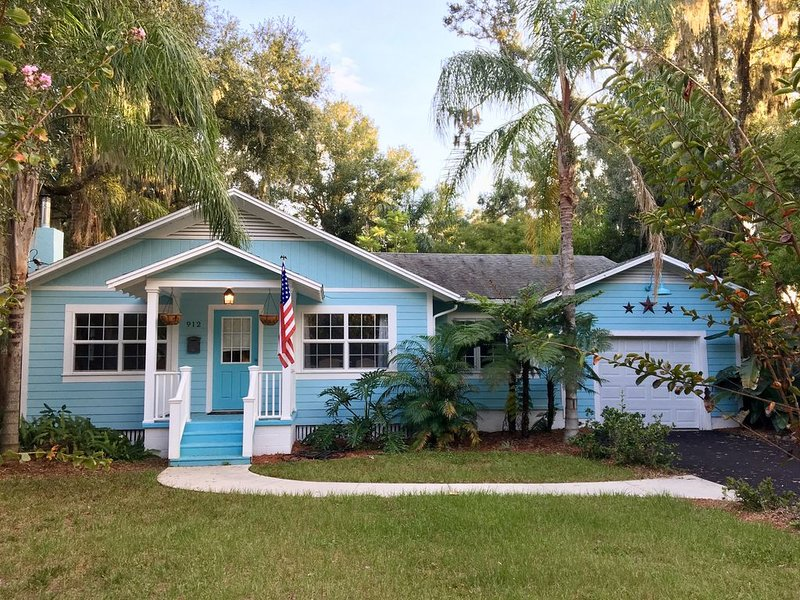 The Little Blue Bungalow located Downtown, 5min walk to restaurants and bars, holiday rental in Umatilla
