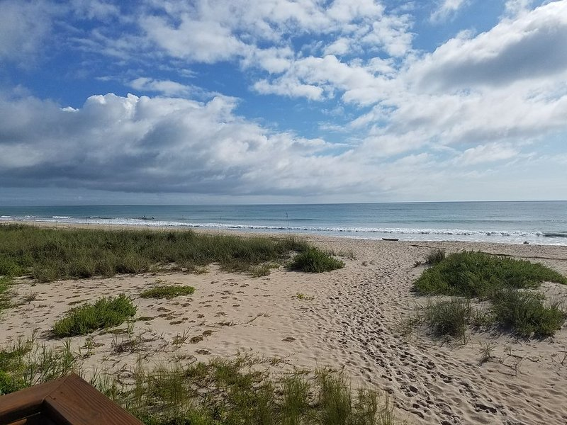 Beautiful Beachfront Apartment on N. Hutchinson Island, location de vacances à Fort Pierce