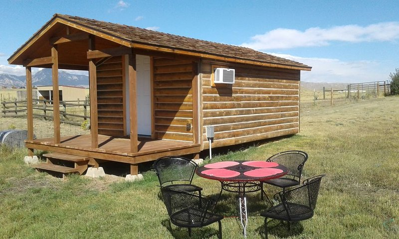 Cozy Cabin At The Foot Of Big Horn Mountains, Wonderful View, Horse Lodging, holiday rental in Buffalo