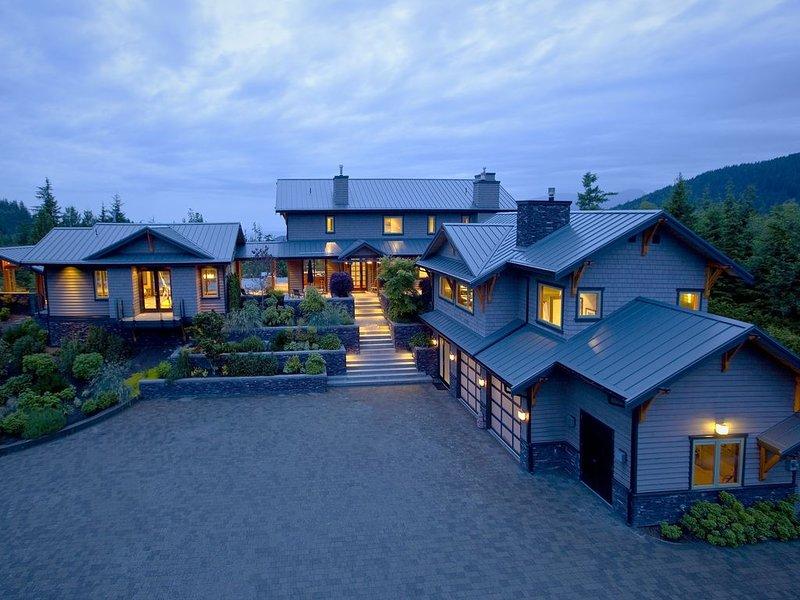 World Class Euro-Zen Private Estate with Panoramic Ocean Views, alquiler de vacaciones en Lions Bay