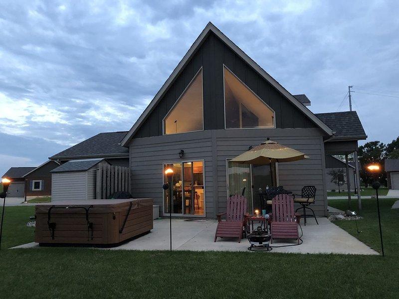 Bridges Bay Resort - 2 BR + Loft Okoboji Cabin + Hot Tub, casa vacanza a Milford