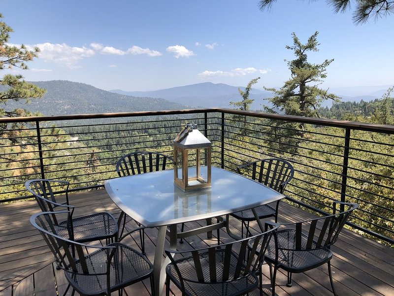 Treetop Cabin with HUGE Deck + AMAZING Views, alquiler de vacaciones en Pine Cove