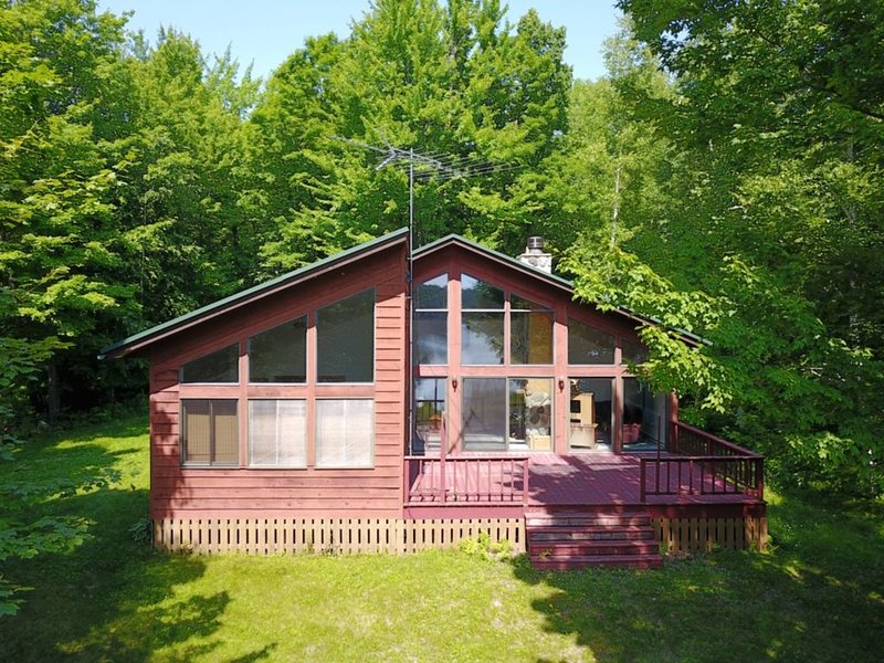 Private Lake House with 2200 feet of Frontage on 20 acres, holiday rental in Harshaw