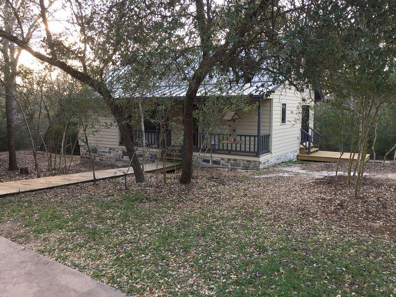 Hidden Oaks Cottage! Perfect for Antique Show, Girls or Couples Weekend, MS 150!, location de vacances à Schulenburg