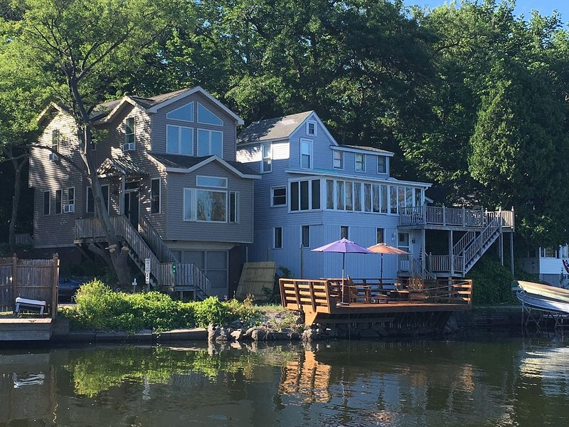 Vue sur la rivière - Cottage sur la gauche seulement