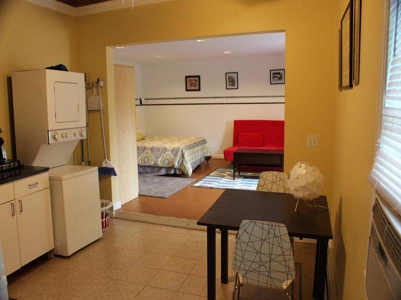 da cozinha totalmente applianced w / lavadora / secadora olhando para o quarto principal