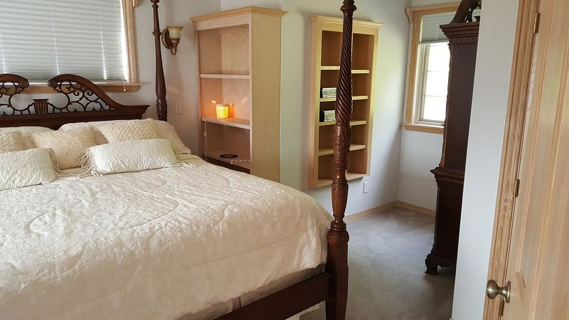 King Bed with Mountain and Valley View, vacation rental in Monroe