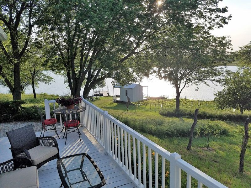 Sheah Blue Vineyard - Vineyard Cottage.  Guest Cottage On A 34 Acre Private Lake, holiday rental in Nebraska
