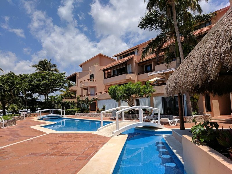 2 Bedroom/3 bath condominium in Puerto Aventuras, Marina, ground level. Pool, alquiler de vacaciones en Puerto Aventuras