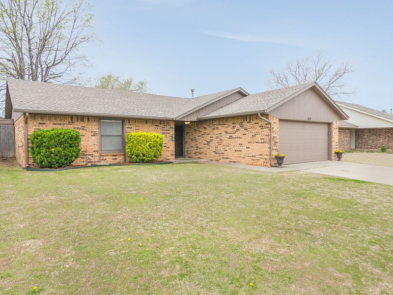 NEWLY FURNISHED LUXURY RETREAT AT OKC/MOORE/NORMAN BORDER!, casa vacanza a Village