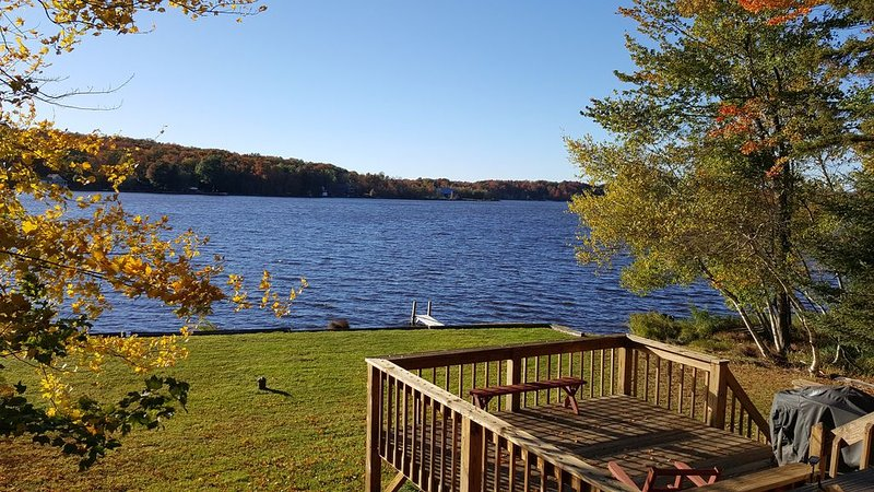 Family-friendly 4-bedroom lakefront house close to the beach, vacation rental in Pocono Lake