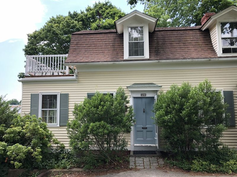 Historic waterfront house on Wickford cove, lovely views, great location, location de vacances à East Greenwich