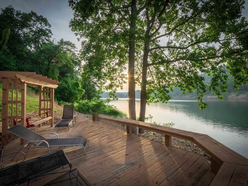 NEW LISTING - Be the First to experience this amazing Lake Front Home, casa vacanza a Drasco