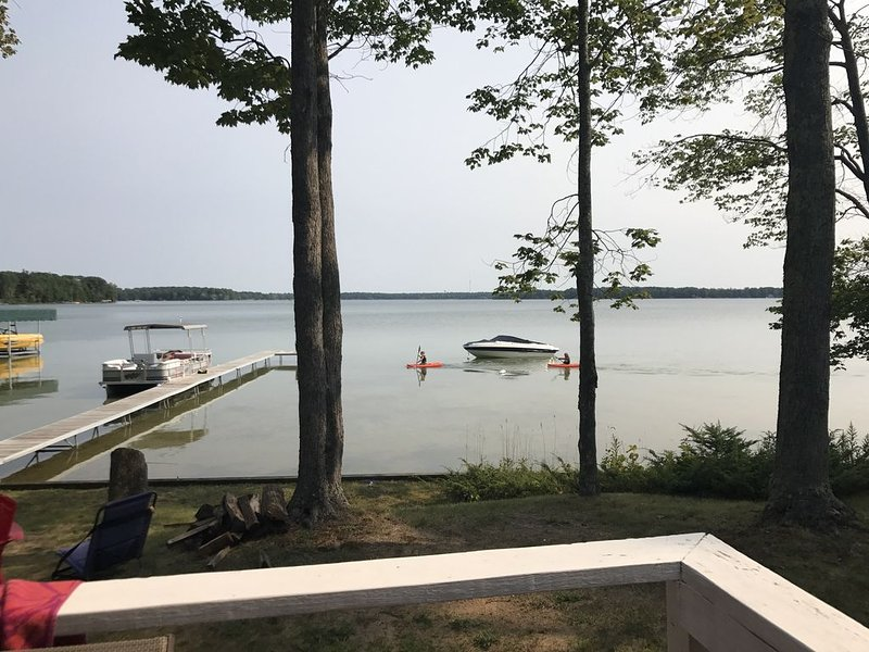 (New!) Relaxing cottage on Green Lake in Interlochen - kayaks and SUP provided!, alquiler de vacaciones en Interlochen