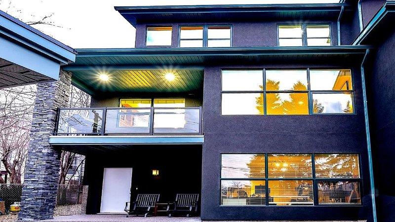 Cour arrière orientée ouest avec aire de jeu gazonnée 24 x 20 pi et foyer extérieur