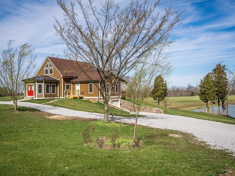 Spacious home with private lake and stables, vacation rental in Owenton
