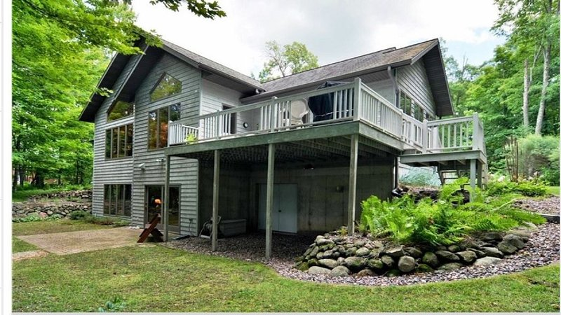 Fabulous Lake Home on Premier Lake in the Blue Hills, by skiing and snow trails, vacation rental in Chetek