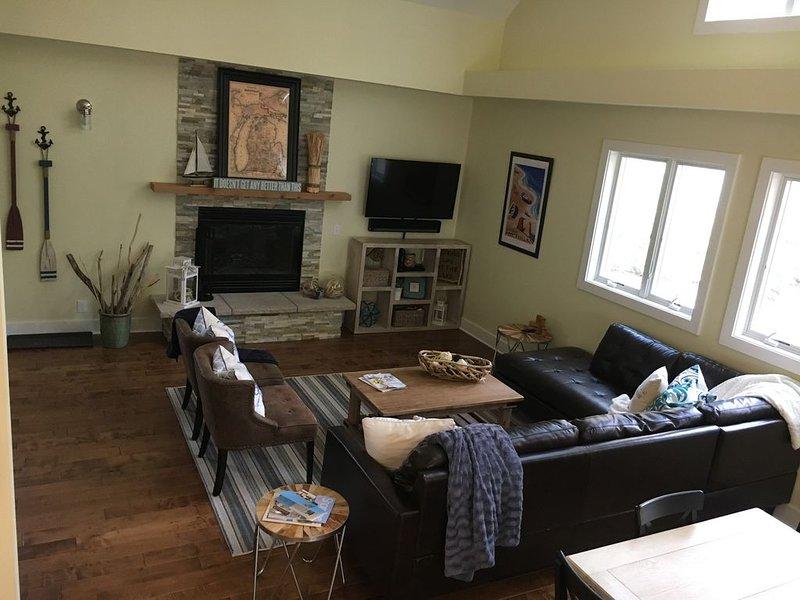 El salón tiene amplios asientos y está abierto al resto de la casa.